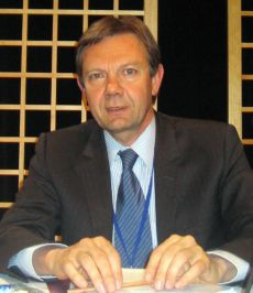 M. le Professeur Charles Jarrosson Directeur du Master, Professeur à l'Université Panthéon-Assas (Paris II) Rédacteur en chef de la Revue de l'arbitrage